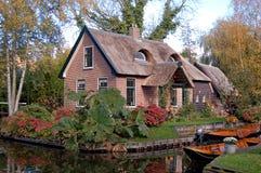 Met stro bedekte huis en boten   Stock Afbeelding