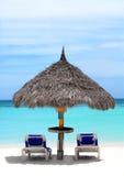 Met stro bedekte hut op een rek van strand in Aruba Royalty-vrije Stock Foto's