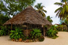 Met stro bedekte hut op het strand in Afrika stock afbeelding
