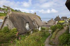 Met stro bedekte plattelandshuisjes bij Cadgwith-Inham, Cornwall, Engeland Royalty-vrije Stock Foto's