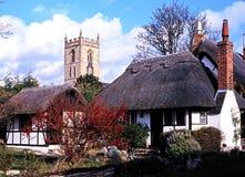 Met stro bedekte plattelandshuisjes en kerk, Welford op Avon royalty-vrije stock foto