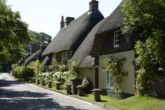 Met stro bedekte plattelandshuisjes in Wherwell hampshire engeland Stock Fotografie