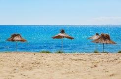 Met stro bedekte strandparaplu's royalty-vrije stock foto's