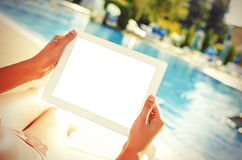 Met tabletzitting bij zwembad Royalty-vrije Stock Foto