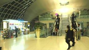 Met vrijstelling van rechten winkel bij Suvanaphumi-Luchthaven stock video