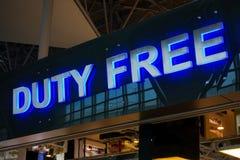 Met vrijstelling van rechten winkelteken in Vnukovo-luchthaven bij avond Stock Afbeeldingen