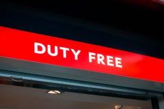 Met vrijstelling van rechten winkelteken in Vnukovo-luchthaven bij avond Royalty-vrije Stock Foto