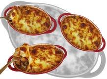 Met worst in brand wordt gestoken en plantaardige die macaroni en met kaas die drie wordt gebakken royalty-vrije stock afbeeldingen