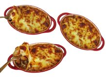 Met worst in brand wordt gestoken en plantaardige die macaroni en met kaas die drie wordt gebakken royalty-vrije stock fotografie