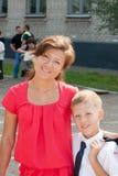 Met zijn zoon dichtbij schoolmamma stock foto's