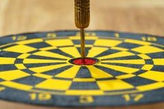 Meta de negocio o concepto de la blanco con un dardo de la aguja del oro en la c Imagen de archivo