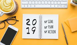 meta del Año Nuevo 2019, plan, texto de la acción en la libreta imagenes de archivo