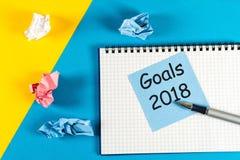 Meta del Año Nuevo 2018, plan, texto de la acción en la libreta con los accesorios de la oficina Motivación del negocio, concepto Fotos de archivo libres de regalías