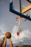 Meta del baloncesto, el jugar basketbal Fotos de archivo libres de regalías