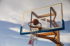 Meta del baloncesto, el jugar basketbal Imágenes de archivo libres de regalías