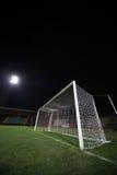 Meta del fútbol bajo reflector Imagen de archivo