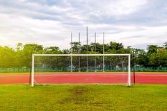 Meta del fútbol con, pista corriente roja en estadio, pista corriente Imagen de archivo