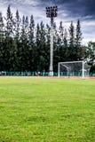 Meta del fútbol con, pista corriente roja en estadio, pista corriente Imágenes de archivo libres de regalías