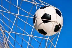 Meta del fútbol, con el cielo azul Imagen de archivo libre de regalías