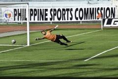 ¡Meta! la bola en la red - Kaya contra sementales - fútbol de Manila unió la liga Filipinas Fotos de archivo