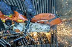 Metaal afgesneden zaag met gas, beton, royalty-vrije stock afbeelding