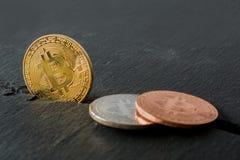 Metaal bitcoins in close-up stock fotografie