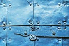 Metaal blauwe oppervlakte van oude gehamerde metaalplaten met klinknagels en architectuurdetails op hen Stock Afbeeldingen