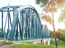 Metaal blauwe roestige brug over rivier royalty-vrije stock afbeelding