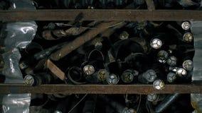Metaal communicatie kabel Kabel na knipsel door een moderne automatische machine Velen telegraferen op de lijst stock videobeelden