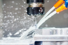 Metaal die aan malenwerktuigmachine werken stock afbeelding
