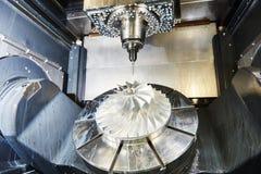 Metaal die aan malenwerktuigmachine werken royalty-vrije stock afbeeldingen