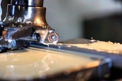 Metaal die zich door het knipsel van de malenmachine vormen Royalty-vrije Stock Afbeelding