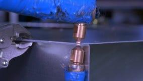 Metaal elektrisch lassen in fabrieks langzame motie stock videobeelden