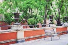 Metaal en houten bank in het park, Catanië, Sicilië, Italië royalty-vrije stock foto