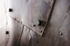 Metaal gouden bloktegel met boutenvloer die op helder licht wijzen Industrieel abstract concept als achtergrond Stock Foto