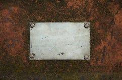 Metaal grijze lege plaat met krassen op een roestige staaloppervlakte royalty-vrije stock foto's