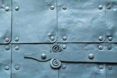 Metaal grijze oppervlakte van oude gehamerde metaalplaten met klinknagels en architectuurdetails op hen Stock Fotografie