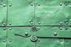 Metaal groene oppervlakte van oude gehamerde metaalplaten met klinknagels en architectuurdetails op hen Stock Afbeeldingen