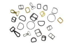 Metaal halve ringen, gespen en karabijnen op een witte achtergrond Mening van hierboven royalty-vrije stock fotografie