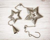Metaal hangende sterren en klok, Kerstmisdecoratie Royalty-vrije Stock Foto's