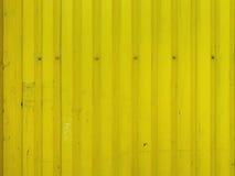 Metaal heldere gele vuile oude textuur als achtergrond met schroeven Stock Fotografie