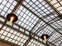 Metaal het dakperspectief van de kaderboog bij station Stock Afbeeldingen