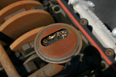 Metaal in het oliescherm stock foto