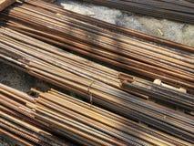 Metaal, ijzerversterking die op de grond op de bouwwerf liggen Royalty-vrije Stock Foto's