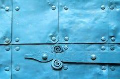 Metaal lichtblauwe oppervlakte van oude gehamerde metaalplaten met klinknagels en architecturale details op hen Stock Foto