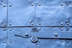 Metaal lichte violette oppervlakte van oude gehamerde metaalplaten met klinknagels en architecturale details op hen Royalty-vrije Stock Foto's