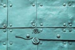 Metaal lichtgroene oppervlakte van oude gehamerde metaalplaten met klinknagels en architecturale details op hen Stock Foto