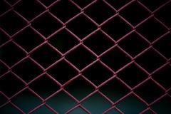 Metaal Mesh Fence op zwarte achtergrond Royalty-vrije Stock Afbeeldingen