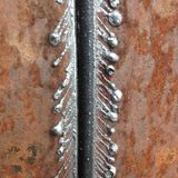 Metaal met gas op een roestige pijp wordt gesneden die stock afbeelding