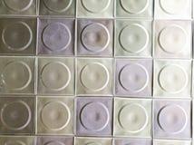 Metaal multi-colored plafond in de ruimte Metaal gekleurde vierkanten stock fotografie